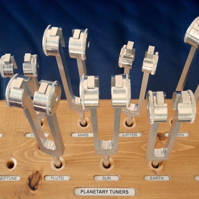 Planeten-Tuner, komplettes Set (11 Gabeln) mit Holzständer