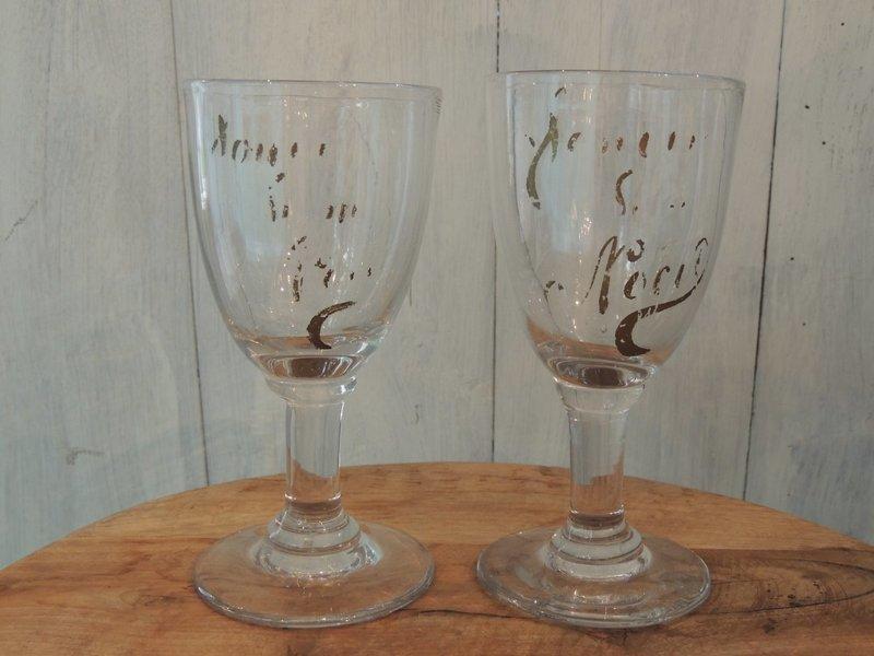 glas met verweerd opschrift