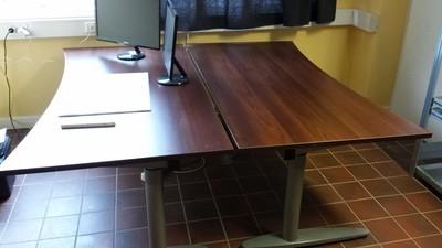 Vi har flere brukte hev/senk-skrivebord med ny bordplate! Ta kontakt!