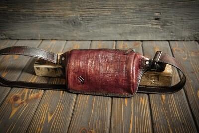 Поясная сумочка из натуральной кожи ягодного цвета