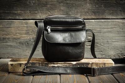 Чёрная сумка из натуральной кожи