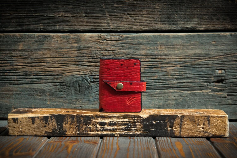 Маленькая визитница на 40 карт рубинового цвета