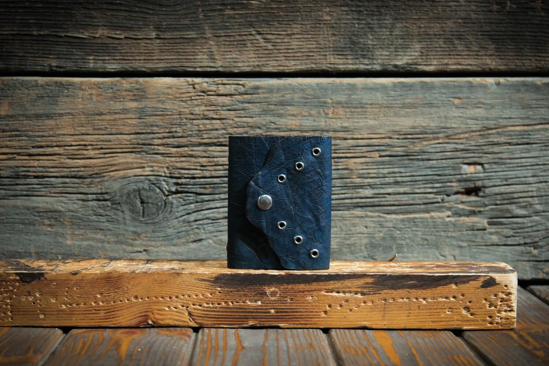 Маленькая визитница на 40 карт тёмно-синего цвета