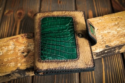 Кошелёк зелёного цвета из состаренной кожи и кожи крокодила