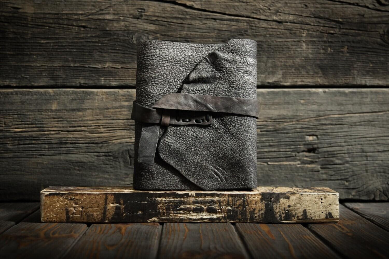 Товар га заказ: предоплата 50% за Блокнот цвета мокрого асфальта из сыромятной кожи, два дополнительных кармана, закладка, хлястик для ручки.