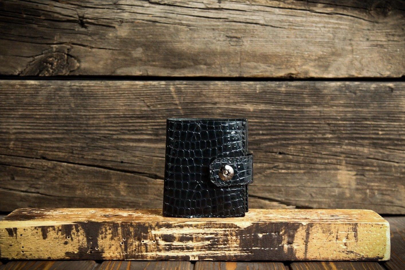 Маленький кошелёк с тиснением под рептилию