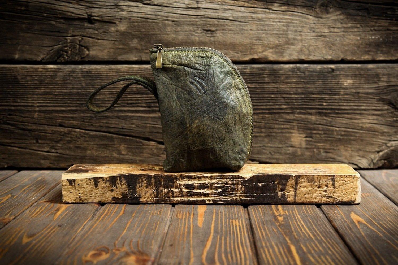 Клатч из сыромятной кожи болотного цвета