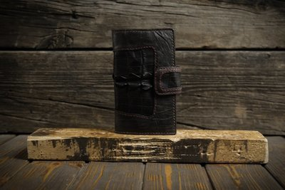 Чёрный кошелёк из сыромятной кожи с крокодилом