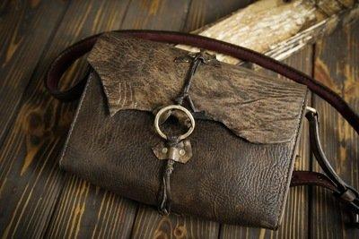 Женская сумочка из сыромятной кожи и массива дерева