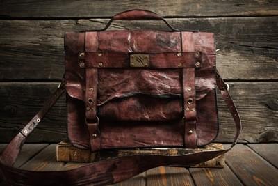 Красный портфель из сыромятной кожи