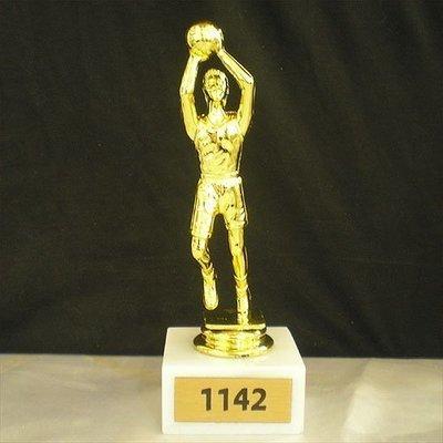 """פסלון כדורסל על בסיס שיש גובה 16 ס""""מ כולל הקדשה"""