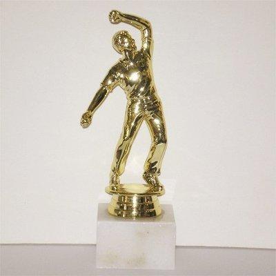 """פסלון קריקט  צבע זהב על בסיס שיש גובה 17 ס""""מ כולל הקדשה"""