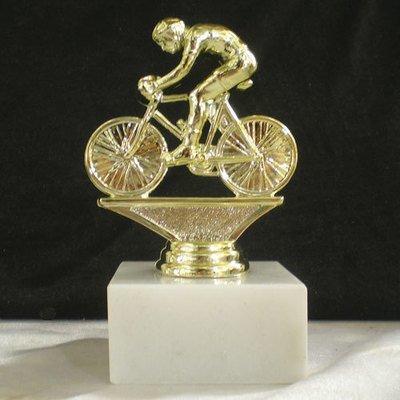 """פסלון אופני מרוץ גבר על בסיס שיש ג. 12 ס""""מ צבע זהב כולל הקדשה"""
