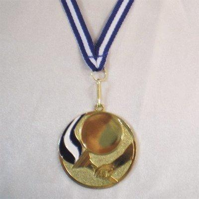 """מדליה קוטר 5 ס""""מ ממתכת בצבע זהב  עם עיטור אמייל כחול-לבן בצורת לפיד"""