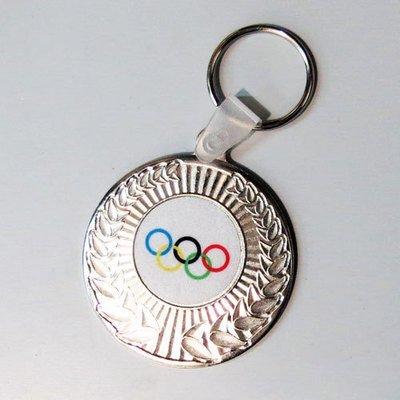 מחזיק מפתחות מדליה בצבע כסף עם סמל ענף/לוגו