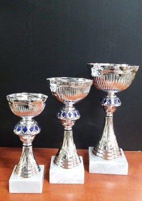 """דגם 1834 גביע מתכת צבע כסף-כחול  כולל הקדשה גובה 19/22/25 ס""""מ מחיר החל מ"""