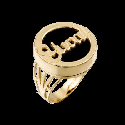 טבעת שם עגולה בעיצוב חריטה אישי ברקע שחור