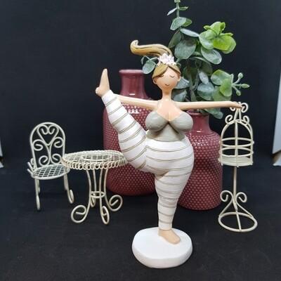 Yoga Lady mit Fuss in der Hand