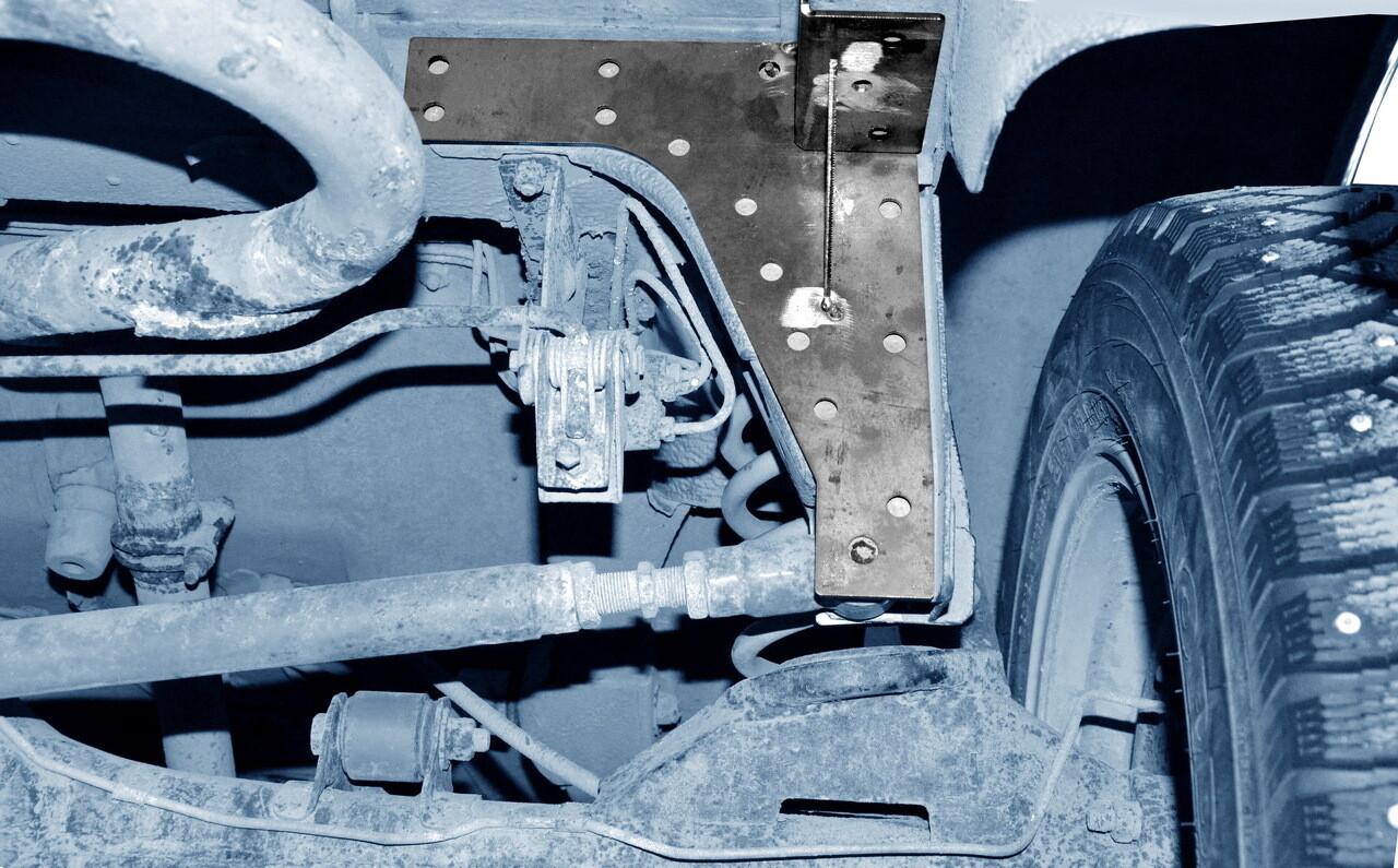 Усилитель кронштейна крепления поперечной штанги к кузову (3 дв./5дв., Urban 3дв./ Urban 5дв.)
