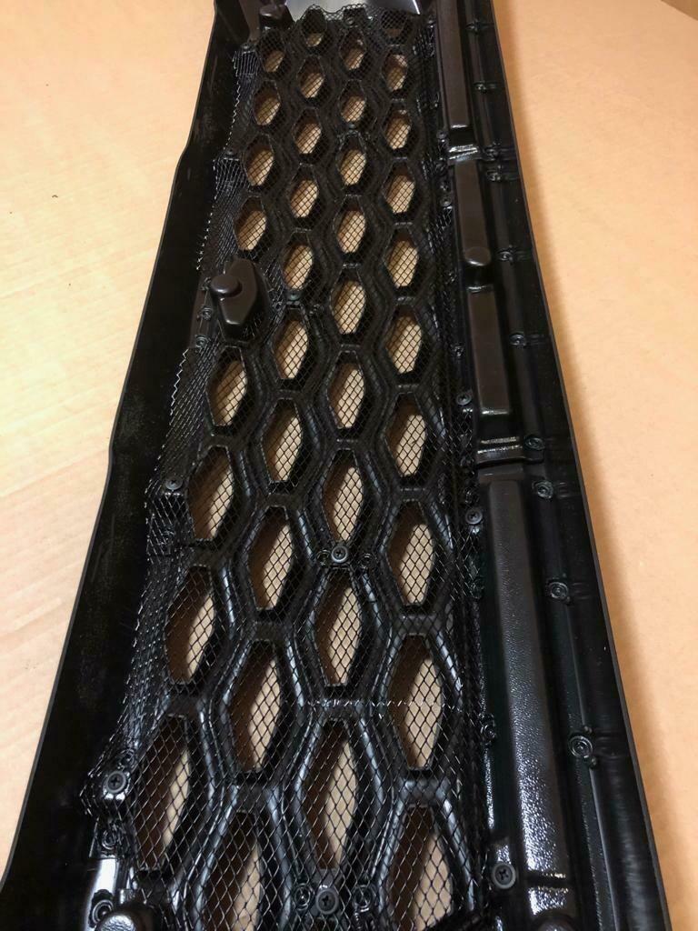 Решетка радиатора с сеткой.