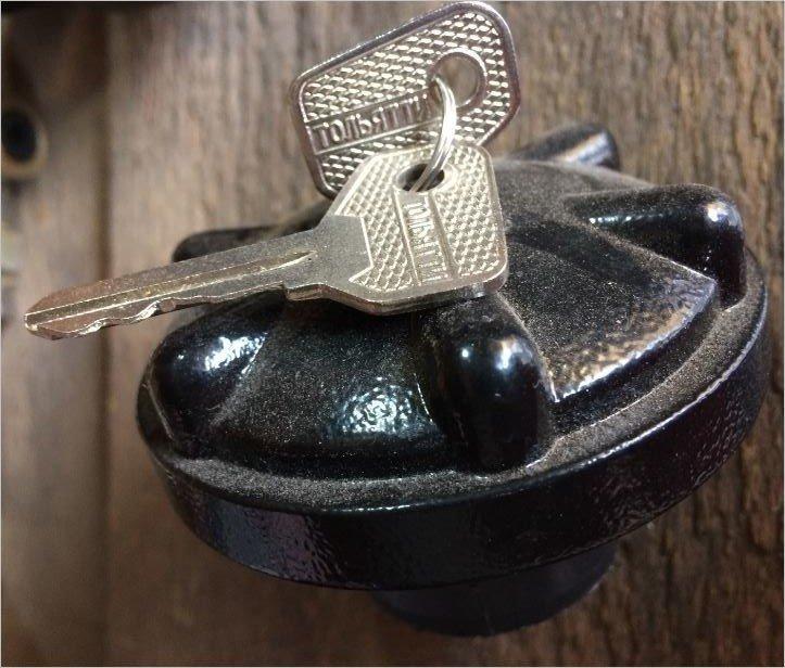 Крышка бензобака с ключом (металлическая). Живу Долго! Закрываю Надежно!