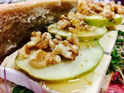 Ciabatta, brie, poire, miel et noix (Fromage brie, poire, miel, noix et laitue)