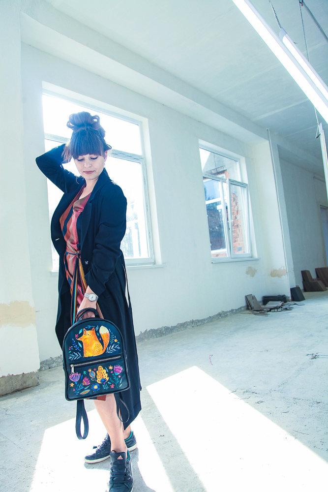 Городской женский рюкзак Лиса и цветы на черном фоне
