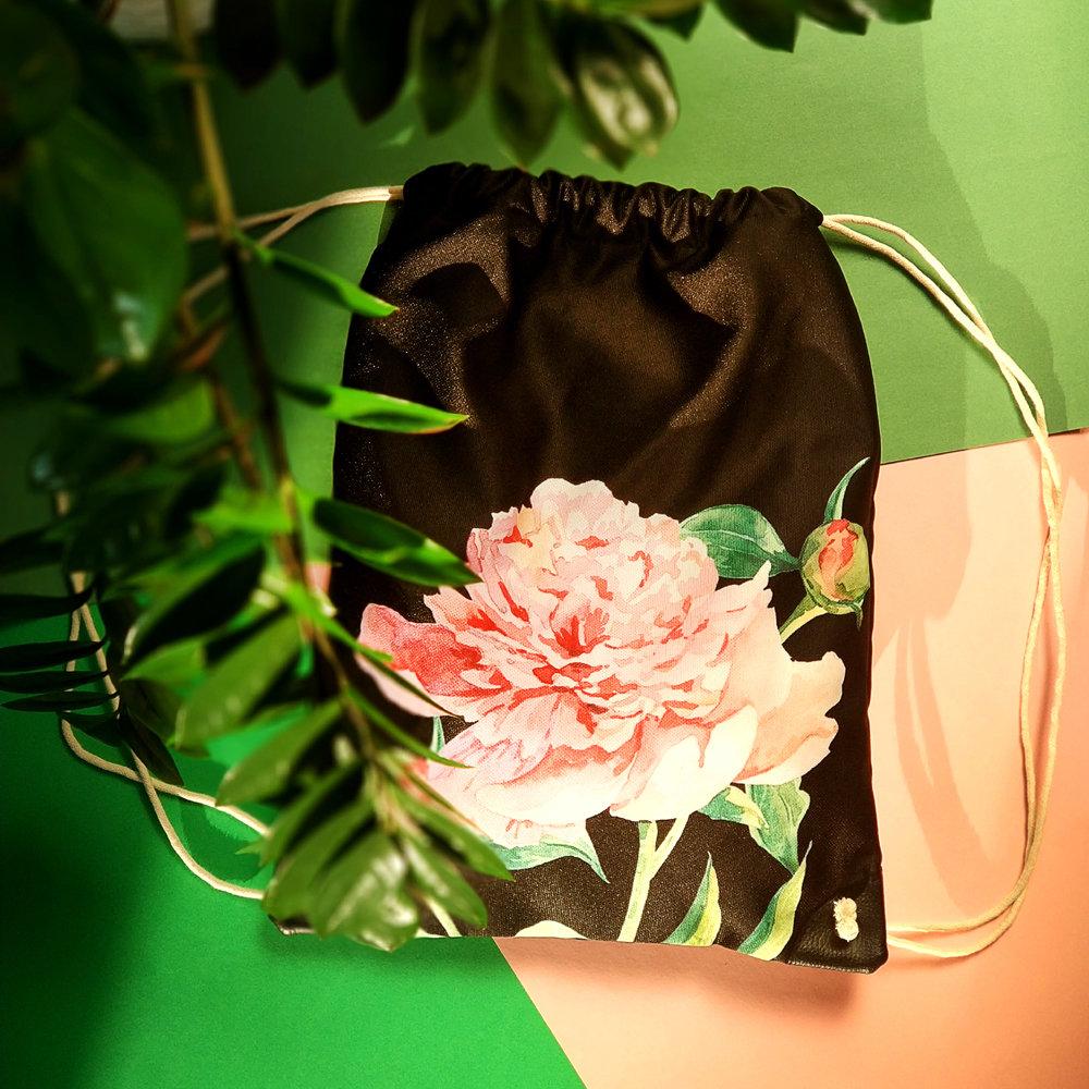 Рюкзак-мешок Пион на черном фоне