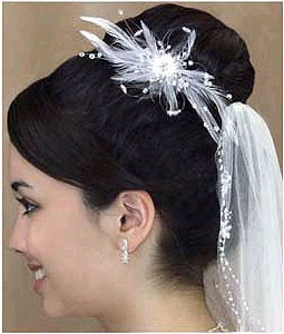 WHITE FEATHER HAIR COMB