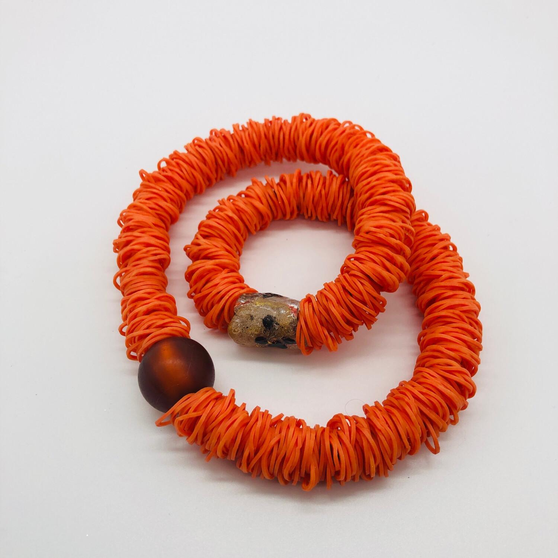Halskette orange mit zwei Perlen und verstecktem Karabinerverschluss