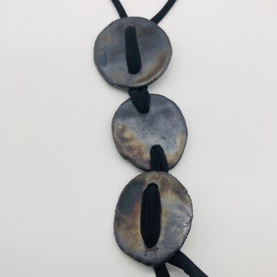 Halskette lang mit drei Keramikscheiben metallic glasiert