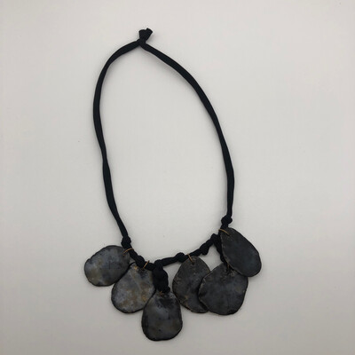Halskette mit 6 Keramikanhängern metallic glasiert