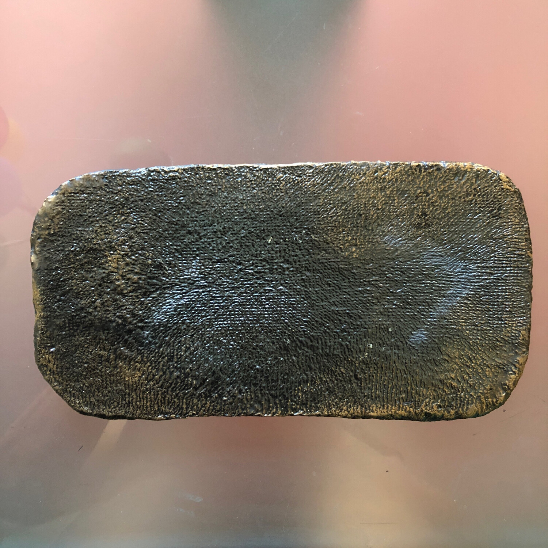 Kerzenteller länglich, dunkler Ton, 2x gebrannt, metallic glasiert, golden patiniert - 25,5 x 13 cm