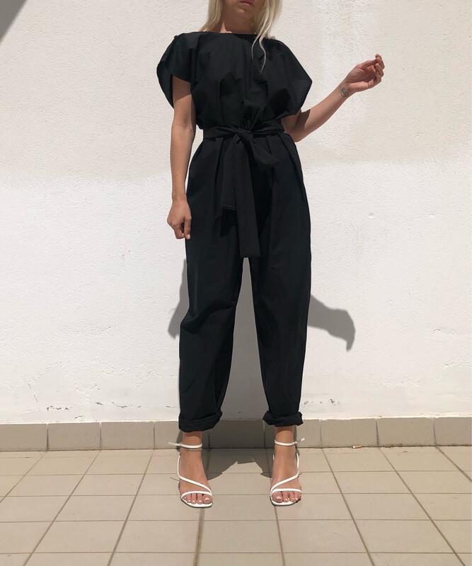 Tuta con rouches nel retro e cinta abbinata - nero cotone