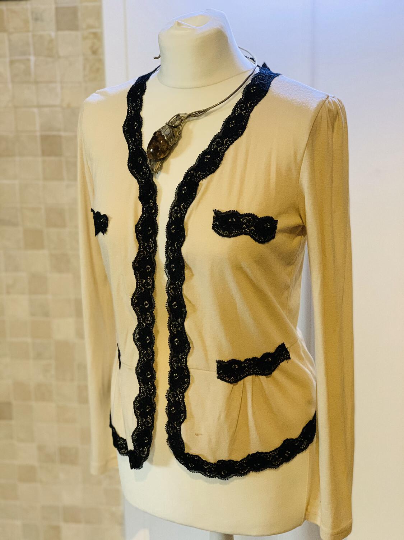 Rebequita tipo Chanel con bordes de encaje