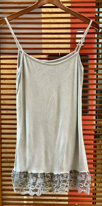 Camiseta de tirantes gris basic con encaje