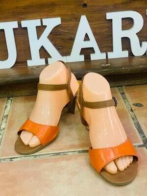 Sandalias naranjas y marron