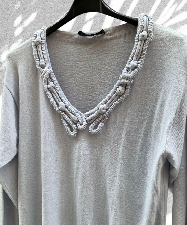 Sweater finito largo con detalle en el cuello
