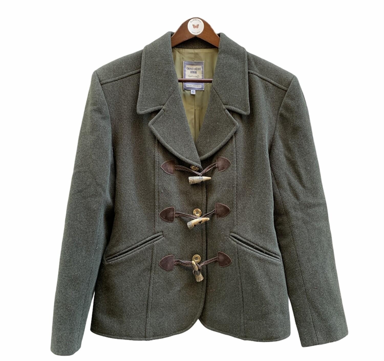Abrigo cortito con botones de madera