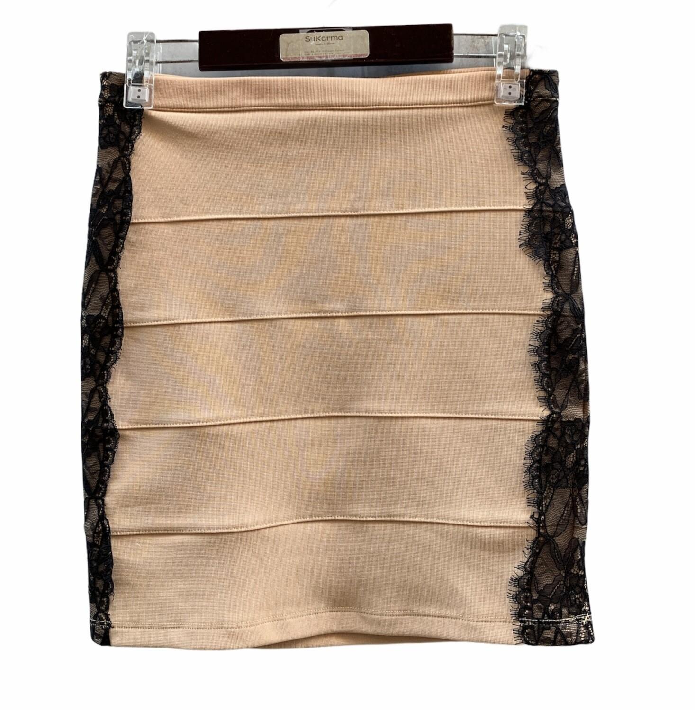 Falda elástica con encaje