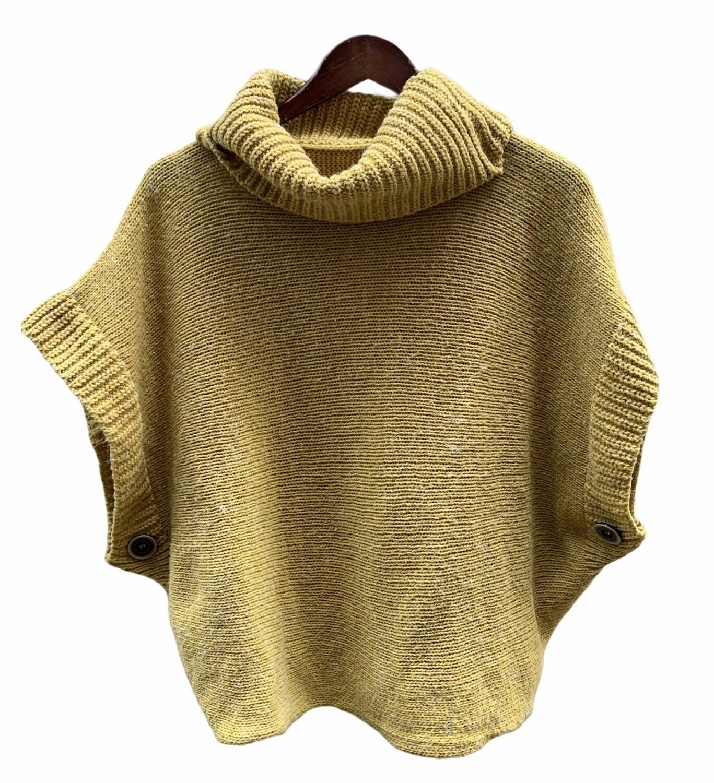 **ESCAPARATE** Sweater tipo poncho con cuello vuelto