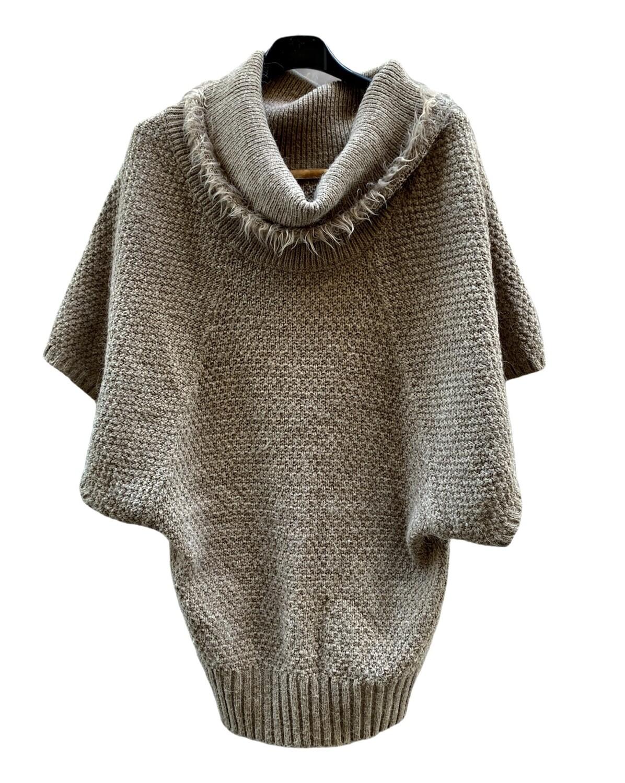 Sweater tipo ponchito con cuello vuelto y pelito