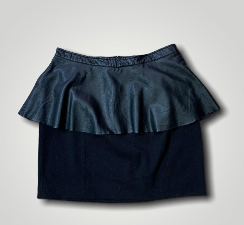 Falda a la cintura con volante de piel sintetica