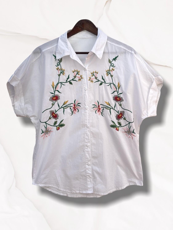 Camisa de manga corta con bordados
