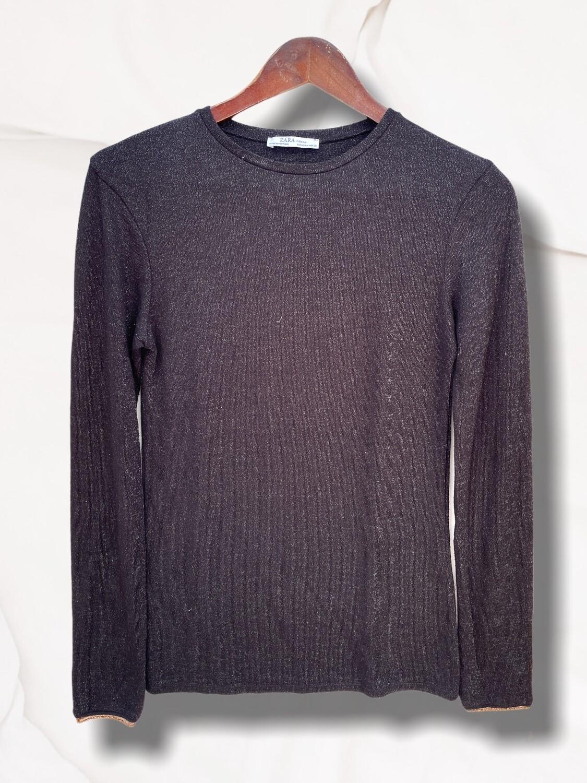 Sweater finito de lurex negro con dorado en los puños