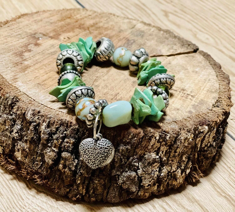Pulsera de piedras verde con corazón