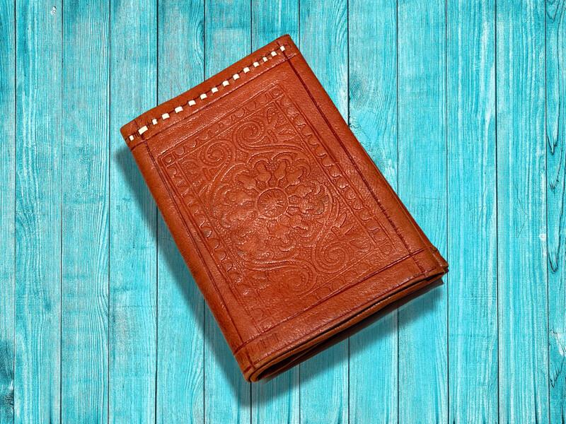Billetera de piel marroquí grabada