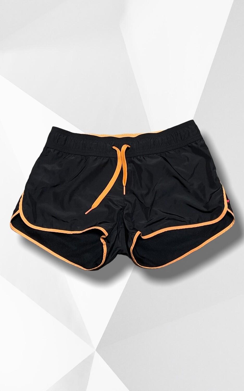 Short deportivo con ribetes naranjas