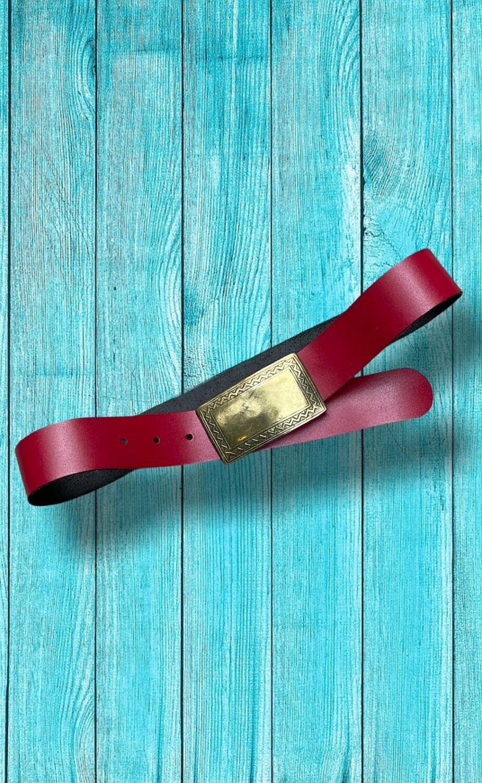 Cinturón piel rojo con hebilla de latón