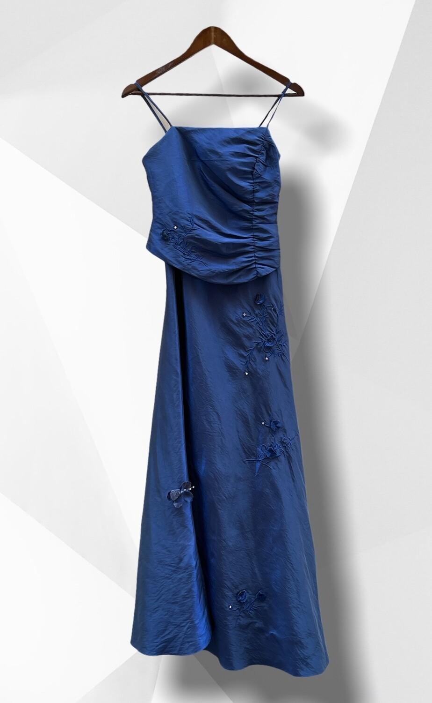 Vestido de ceremonia largo azul con flores bordadas